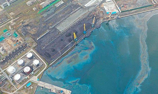 В приморье разлив нефтепродуктов по бухте возде судоремонтного завода