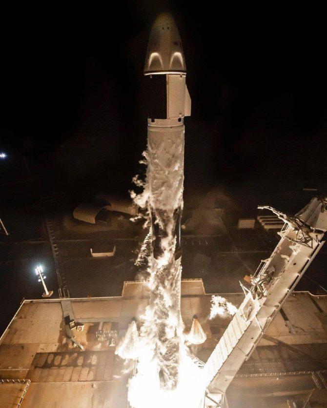 SpaceX отправила гражданских в космос