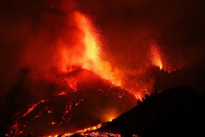 Извержение вулкана Кумбре-Вьеха наносит сокрушительный урон