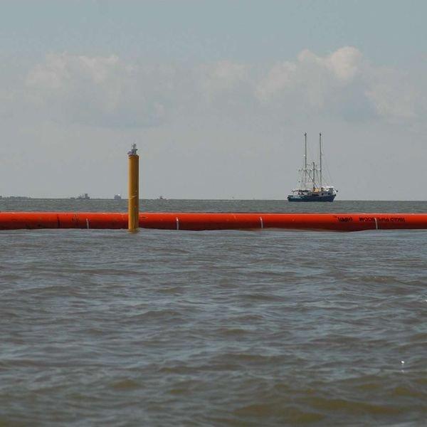 Разлив нефтепродуктов у берегов Сахалина